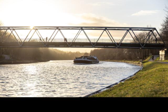 Schiff auf dem Wesel-Datteln-Kanal unter der Hardter Brücke, Dorsten Hardt